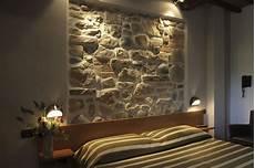 da letto con parete in pietra letto parete pietra con parete in legno da