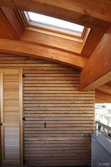 parete rivestita in legno particolare tetto curvo in legno con lucernario velux e