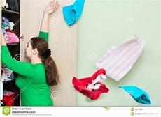 guardaroba donna lancio della donna vestiti dal guardaroba immagine stock