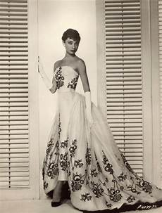 beautiful fashions of hepburn in the 1950s