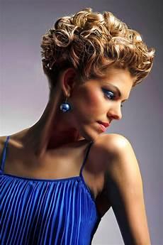 kurzhaarfrisuren stylen gestylte kurze lockige haare elegante festliche