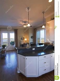cucina e sala da pranzo cucina e sala da pranzo con la vista immagine stock