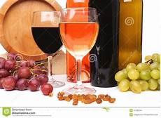 immagini bicchieri di bottiglie e bicchieri di ed uva matura fotografia
