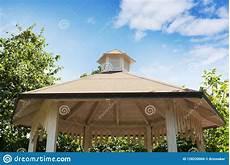 tetto a padiglione bello gazebo giardino o dettaglio bianco progettato u