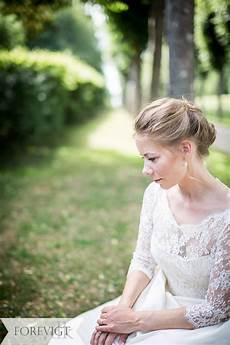 billige bryllupsideer nyd jeres bryllup brudekjole med blonder bryllupsfoto