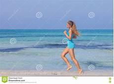 donne sulla spiaggia donna che si esercita sulla spiaggia della spiaggia