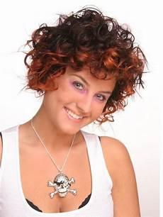bilder kurzhaarfrisuren locken damen kurze haare locken rundes gesicht