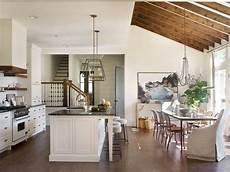 come arredare un soggiorno con cucina a vista pavimento in parquet e travi a vista in legno come