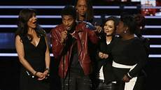 The Talk Award Stranger Crashes Quot The Talk Quot At People S Choice Awards