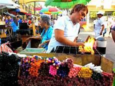 candele chiesa venditore ambulante asiatico vende le candele colorate