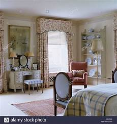 da letto inglese bedroom with patterned curtains and dressing table in