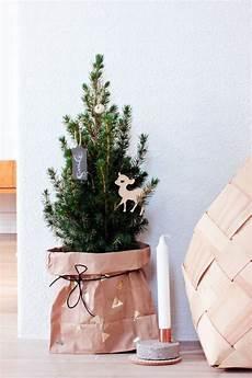 piedistallo per albero di natale 22 minimalist and modern tree d 233 cor ideas digsdigs