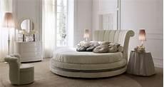 da letto con letto rotondo letto rotondo di lusso imbottito e rivestito in pelle o