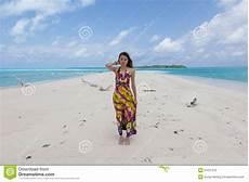 donne sulla spiaggia giovani donne sulla spiaggia tropicale piena di sole