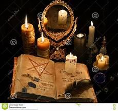 candele e magia natura morta mistica con il libro le candele e il mirrow