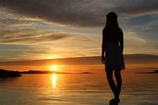 frauen am strand fondos de pantalla luz de sol mujer puesta de sol mar