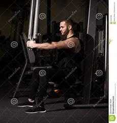 uomini sportivi uomini sportivi con i grandi muscoli addominali in