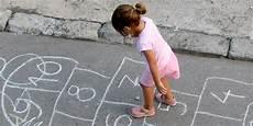giochi da cortile per bambini 10 giochi conosce chi era bambino negli anni 60