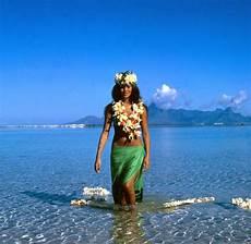 frauen am strand cing der etwas andere s 252 dsee urlaub auf moorea welt