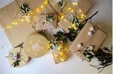 weihnachtsgeschenke verpacken mit lichterkette neue