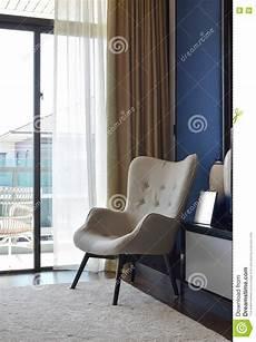 stuhl für schlafzimmer bequemer stuhl auf teppich im modernen schlafzimmer