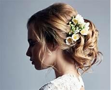 haarschmuck mit stoffblumen strass samyra hochzeit haarschmuck brautfrisuren mit blumen diadem und