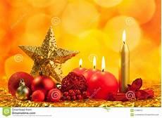 candele rosse stella dorata di natale con le candele rosse fotografia