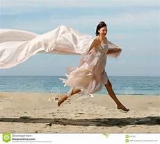 donne sulla spiaggia donna felice sulla spiaggia immagine stock immagine di
