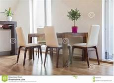 tavolo contemporaneo tavolo da cucina contemporaneo con le sedie immagine stock