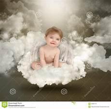 baby engel de gelukkige zitting de baby de engel op wolken