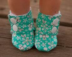 pin de lar en fofuplanas baby sewing baby maggie s stay on baby booties sewing tutorial printable
