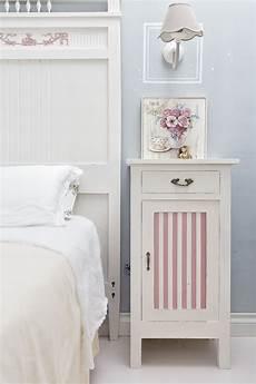 modelli di camere comodini shabby chic a righe bianche e rosa per questi