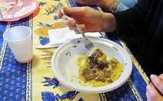 piatti e bicchieri di plastica colorati inquinamento l unione europea pronta a bandire piatti e