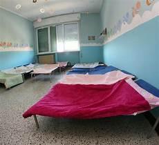 culle bambini prezzi le culle dei bambini dentro il dormitorio fotografia stock