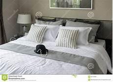 cuscini da letto da letto moderna con i cuscini a strisce fotografia