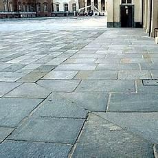 pavimentazione cortili esterni pavimenti per esterni in pietra boiserie in ceramica per