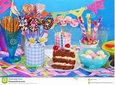 addobbare tavola per compleanno tavola della festa di compleanno con il torte ed i dolci
