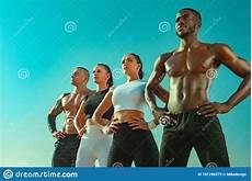 uomini sportivi un gruppo di quattro giovani sportivi uomini e donne