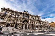 corte suprema italia monumento de la justicia palace y de cavour en roma foto