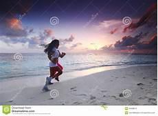 donne sulla spiaggia due donne che corrono sulla spiaggia fotografia stock