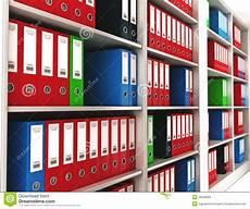 scaffale per libri raccoglitori di anello dell ufficio su uno scaffale per
