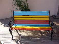 panchina per giardino in giardino una panchina colorata idee arredo per l