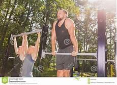 uomini che fanno sport uomini che fanno tirata ups fotografia stock immagine di