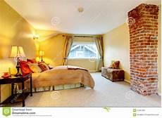 da letto gialla da letto luminosa gialla con il colomn mattone
