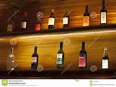 scaffali per bottiglie due scaffali di legno con le bottiglie di fotografia