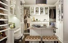 begehbarer kleiderschrank schlafzimmer wei 223 er begehbarer kleiderschrank mit vitrinen und