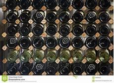 scaffali per bottiglie scaffali con le bottiglie di fotografia stock