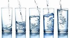 quanti bicchieri d acqua al giorno bere 8 bicchieri d acqua al giorno non serve silhouette