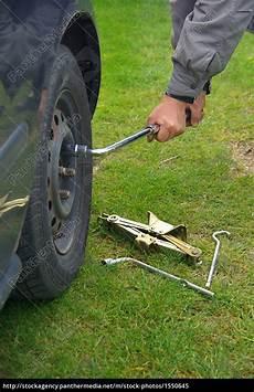 Rad Wechseln Werkzeug Auto rad wechseln change a tire 01 lizenzfreies bild