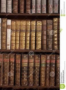 scaffale per libri libri antichi sullo scaffale per libri fotografia stock